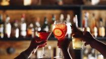 Nach einer durchzechten Nacht stellen sich meist schlimme Kopfschmerzen und Übelkeit ein. Doch britische Forscher haben nun eine Substanz entwickelt, die die Wirkung von Alkohol imitiert, ohne unangenehme Nebenwirkungen zu verursachen. In Zukunft könnte es den Rausch also ohne Kater geben. (Bild: Africa Studio/fotolia.com)