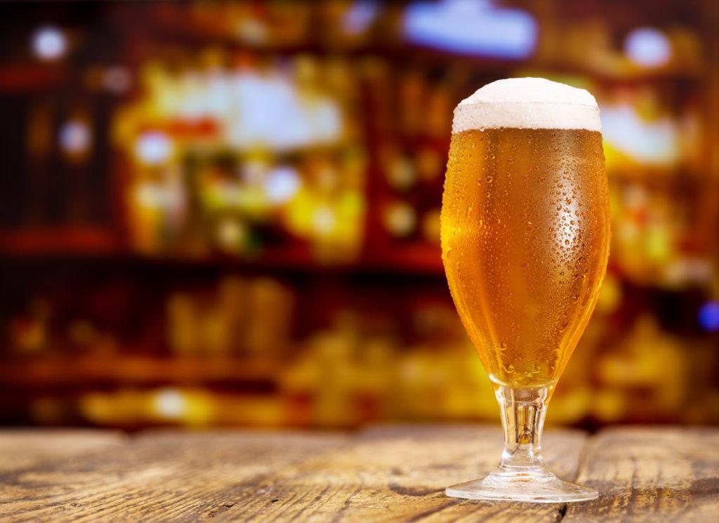 Ein kleines Bier richtet bei Erwachsenen in der Regel keinen großen Schaden an. Bei einem jungen Chinesen kann der Konsum eines Glases aber heftigste psychotische Symptome auslösen. Zum Beispiel masturbiert er dann öffentlich. (Bild: Nitr/fotolia.com)