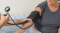 Ein plötzlich auftretender niedriger Blutdruck kann unserem Gehirn schaden. Mediziner stellten fest, dass solch eine orthostatische Hypotonie die Wahrscheinlichkeit für die Entwicklung von Demenz erhöhen kann. (Bild: michaelheim/fotolia.com)