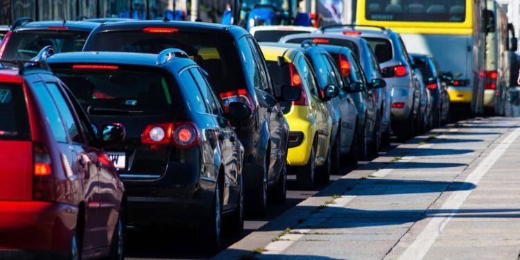 Schlange von Autos in einer Stadt.
