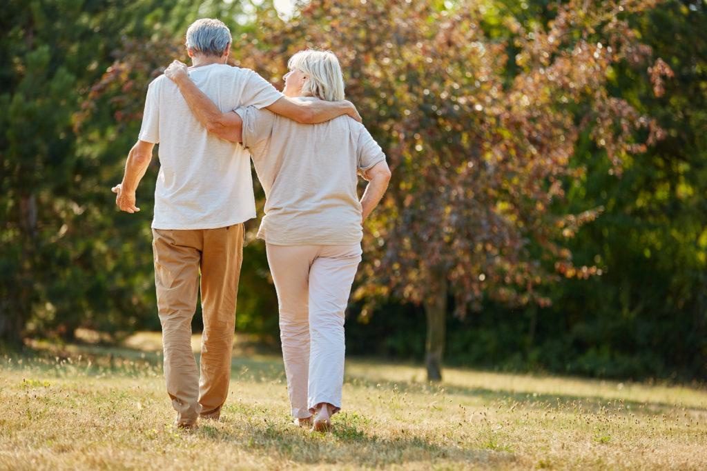 Wie können wir uns vor einem zu hohen Blutzuckerspiegel und Typ-2 Diabetes schützen? Mediziner fanden jetzt heraus, dass kurze Spaziergänge direkt nach dem Essen den Blutzuckerspiegel erheblich senken. (Foto: Robert Kneschke/fotolia.com)