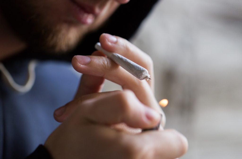 Der regelmäßige Konsum von Cannabis kann zu ernsthaften psychischen Problemen führen. Mediziner stellten jetzt eine Verbindung zwischen dem Konsum von Cannabis und der Entstehung von Schizophrenie fest. (Bild: Syda Productions/fotolia.com)