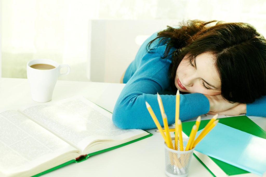 Bei chronischer Erschöpfung verlieren bekannte Hilfsmittel wie Kaffee vollständig ihre Wirkung und Betroffene schlafen mitunter bei der Erledigung alltäglicher Aufgaben einfach ein. (Bild: pressmaster/fotolia.com)