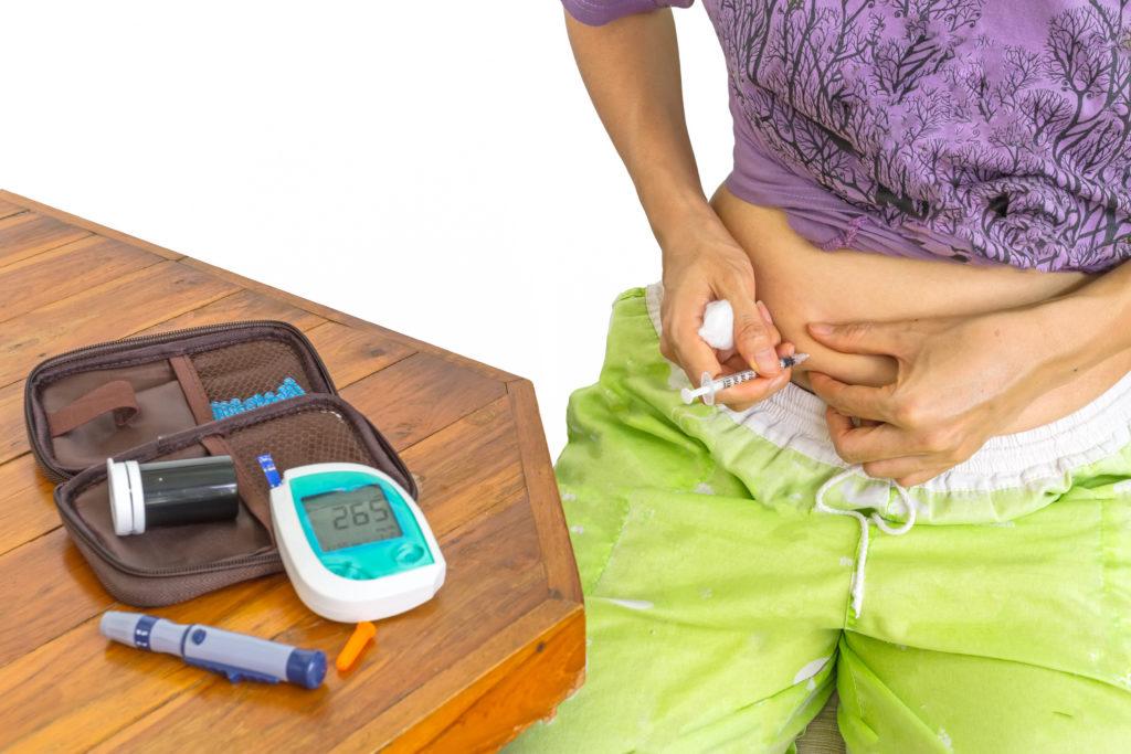 Patienten mit Typ-1-Diabetes müssen regelmäßig Insulin spritzen. Oft normalisieren sich die Insulinwerte schon bald nach Therapiebeginn. Ein echter Heilungseffekt ist das aber nicht. (Bild: pittawut/fotolia.com)