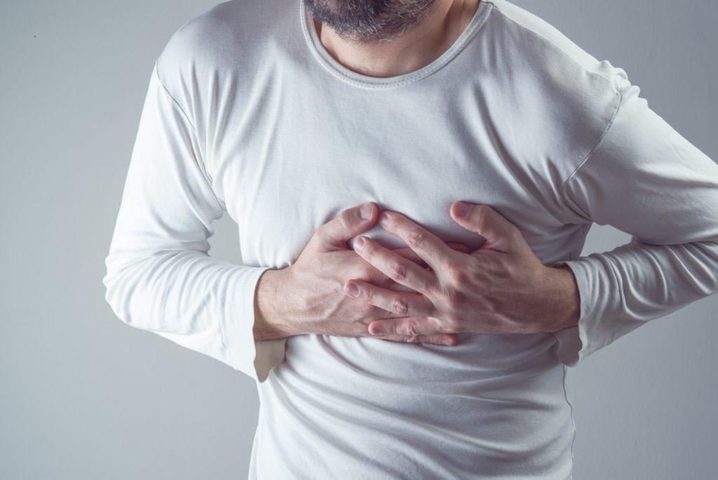 Ein Herzinfarkt kündigt sich in vielen Fällen durch bestimmte Symptome wie etwa Brustschmerzen an. Bei Diabetikern fehlen solche Warnsignale aber oft. (Bild: Bits and Splits/fotolia.com)
