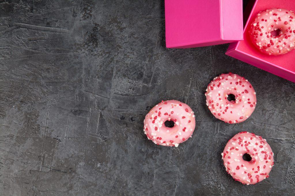 """Nachdem """"Öko-Test"""" bei einer Untersuchung Mineralöle in Donuts gefunden hat, hat die Möbelkette Ikea die belasteten Produkte aus dem Sortiment genommen. Bei anderen Anbietern sind sie aber noch immer im Angebot. (Bild: George Dolgikh/fotolia.com)"""