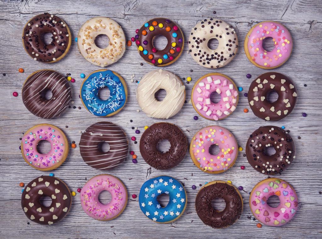 """Außer Homer Simpson sollten am besten alle die Finger von Donuts lassen. Die Hefekringel sind voller Schadstoffe, wie das Verbrauchermagazin """"Öko-Test"""" festgestellt hat. (Bild: Elena Schweitzer/fotolia.com)"""