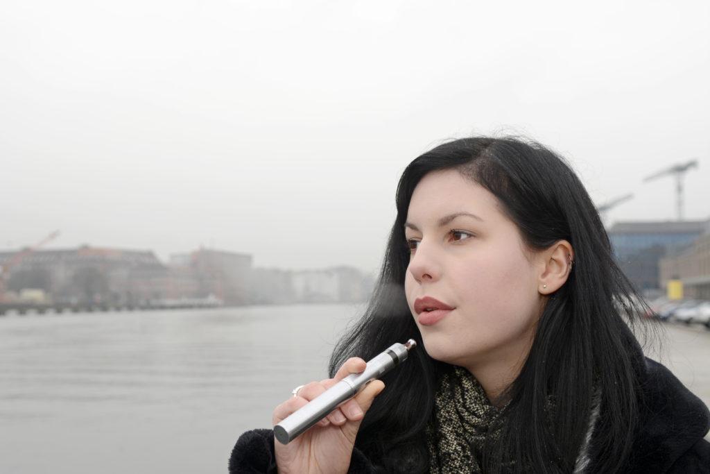 Immer mehr Menschen nutzen E-Zigaretten. Manche von ihnen wollen dadurch Schritt für Schritt mit dem Rauchen aufhören. Doch beim Rauchstopp helfen die elektrischen Verdampfer nur bedingt. (Bild: tunedin/fotolia.com)