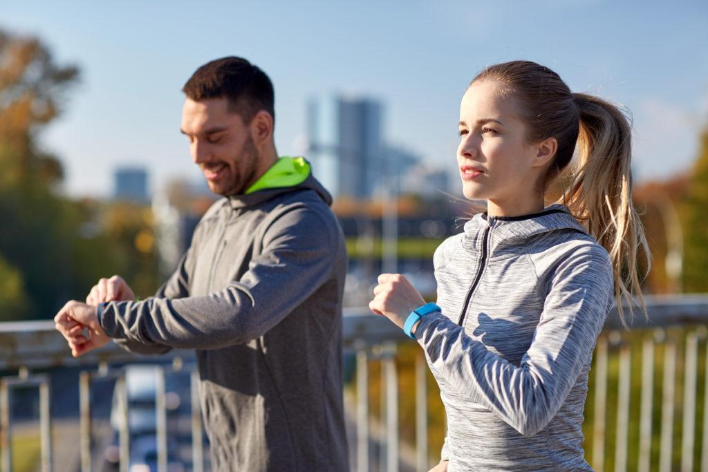 Laut einer aktuellen Umfrage nutzt rund jeder vierte deutsche Internetnutzer Fitness-Tracker und Gesundheits-Apps. Von manchen Experten wird dieser Trend kritisch gesehen. (Bild: Syda Productions/fotolia.com)