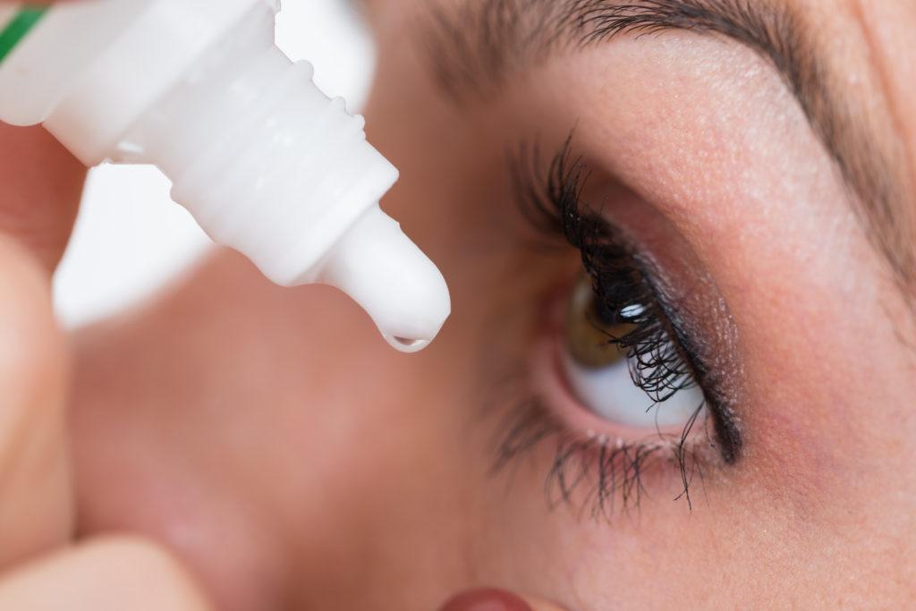 Tropfen helfen gegen trockene Augen, aber machen sie auch abhängig? (Andrey Popov / fotolia.com)