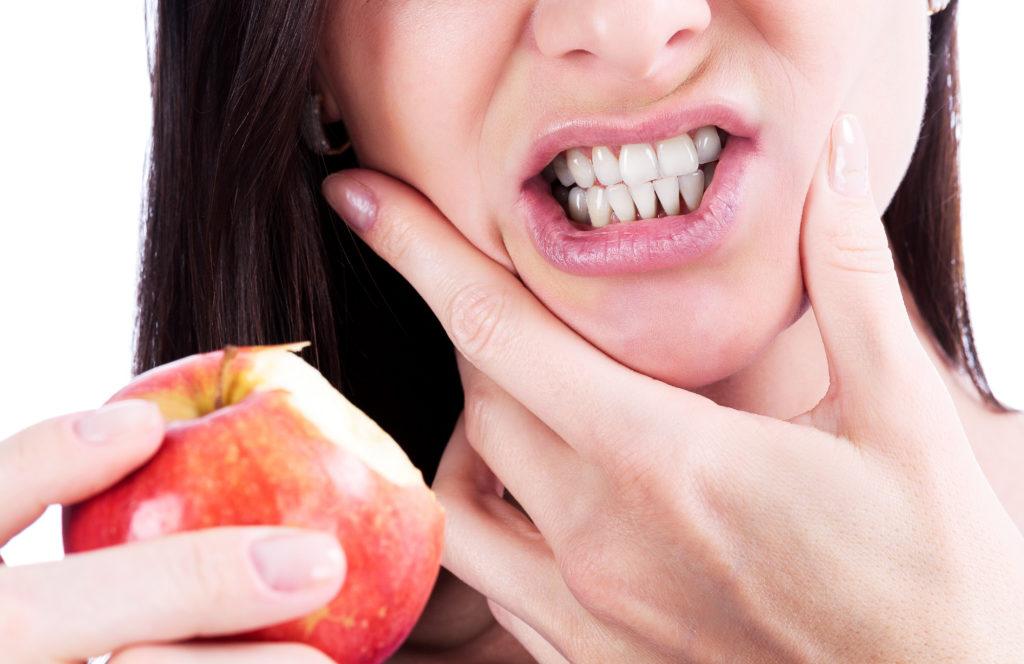 Plötzlicher Schmerz beim Kauen von Hartem, Süßen, Sauren oder Kaltem hat verschiedene Ursachen (Nobilior/fotolia.com)