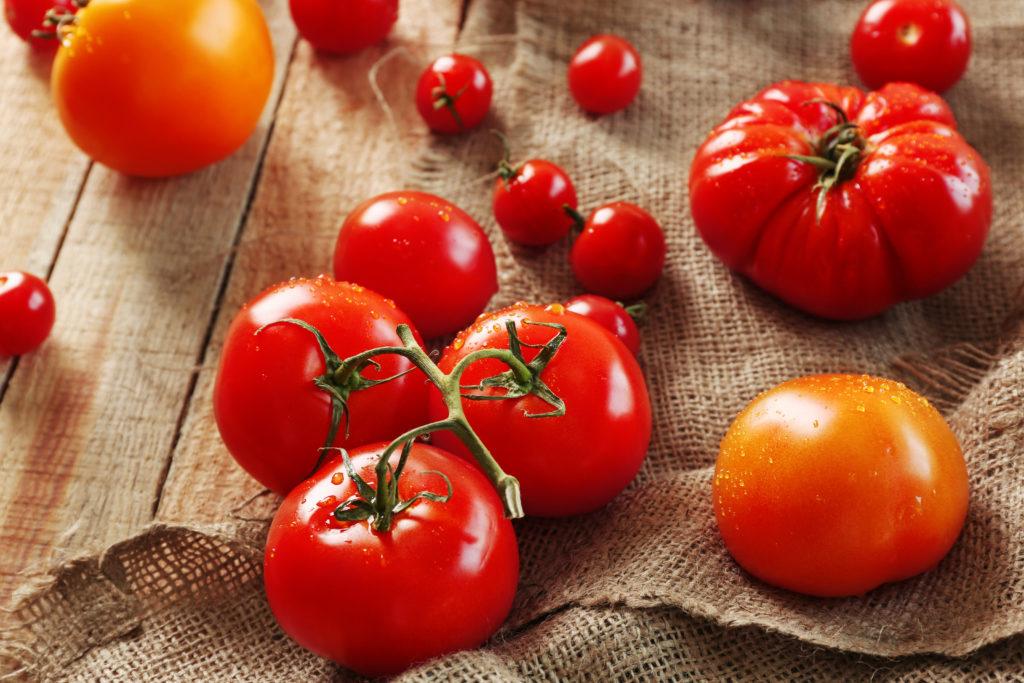 Tomaten entfalten ihr Aroma außerhalb des Kühlschranks (Africa Studio/ fotolia.com)