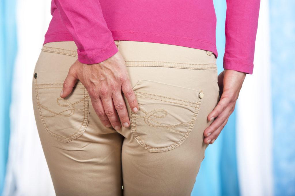 Schmerzen am Gesäß können leicht bist stark sein. Viele Betroffene klagen über einen längeren Zeitraum über starke Schmerzen. Bild: absolutimages - fotolia