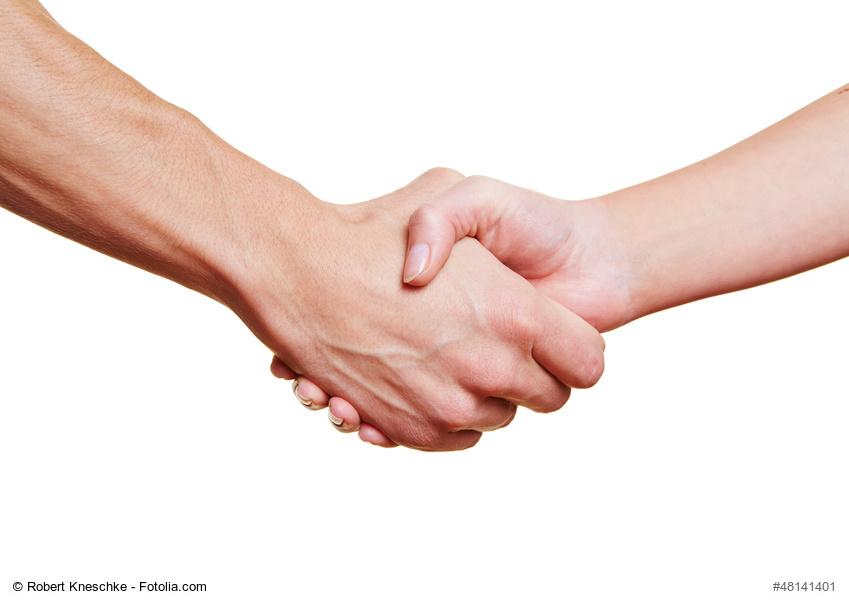 Die Kraft des Händedrucks lässt laut Wissenschaftlern auch auf die Gesundheit schließen. Nun wurden dafür Referenzwerte erstellt, die in der Praxis verwendet werden können. (Bild: Robert Kneschke/fotolia.com)