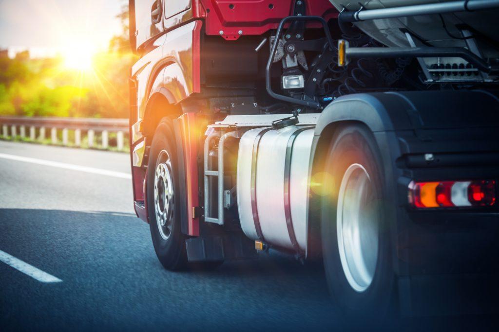 Am Wochenende wurde ein LKW-Fahrer in Bayern nach einem Unfall tot in seinem Fahrzeug aufgefunden. Todesursache könnte ein Herzinfarkt gewesen sein. (Bild: Tomasz Zajda/fotolia.com)