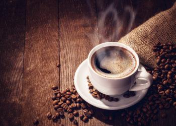 Die Auswertung von 21 Studien hat ergeben das der Koffeinkonsum die sportliche Leistung um bis zu 16 Prozent steigern kann. (Bild: dimakp/fotolia.com)
