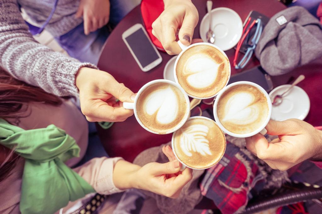 Kaffee galt lange Zeit als ungesund, doch heute weiß man, dass das beliebte Heißgetränk der Gesundheit sogar dienen kann. Wegen dem enthaltenen Koffein wirkt er zudem sehr gut gegen Müdigkeit. (Bild: ViewApart/fotolia.com)