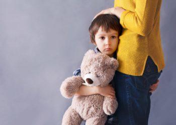 In der heutigen Zeit leiden immer mehr Kinder und Jugendliche unter starken Ängsten. Die Gründe dafür sind vielfältig. Mediziner raten dazu, dass betroffenen Jugendlichen in Beratungsgesprächen geholfen werden sollte. (Bild: Tomsickova/fotolia.com)