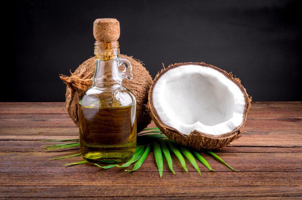 """Zwar wird Kokosöl oft als neues """"Superfood"""" angepriesen, das zur Vorbeugung verschiedener Krankheiten beitragen soll. Doch die gesundheitlichen Vorteile des Öls sind bislang nicht wissenschaftlich bewiesen. (Bild: aedkafl/fotolia.com)"""