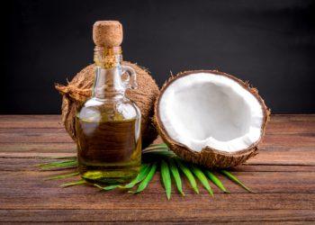 Kokosöl wird sowohl als Beauty-Produkt als auch in der Küche verwendet. Befürworter weisen auf die gesundheitlichen Vorteile des Pflanzenfetts hin. Kritiker zweifeln diese jedoch an. (Bild: aedkafl/fotolia.com)