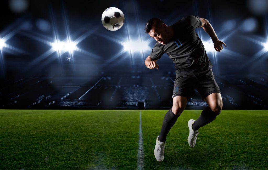 Viele Menschen in Deutschland und der restlichen Welt spielen gerne Fußball. Mediziner warnen jetzt vor den Gefahren für das Gehirn, welche durch Kopfbälle entstehen können. (Bild: Brocreative/fotolia.com)