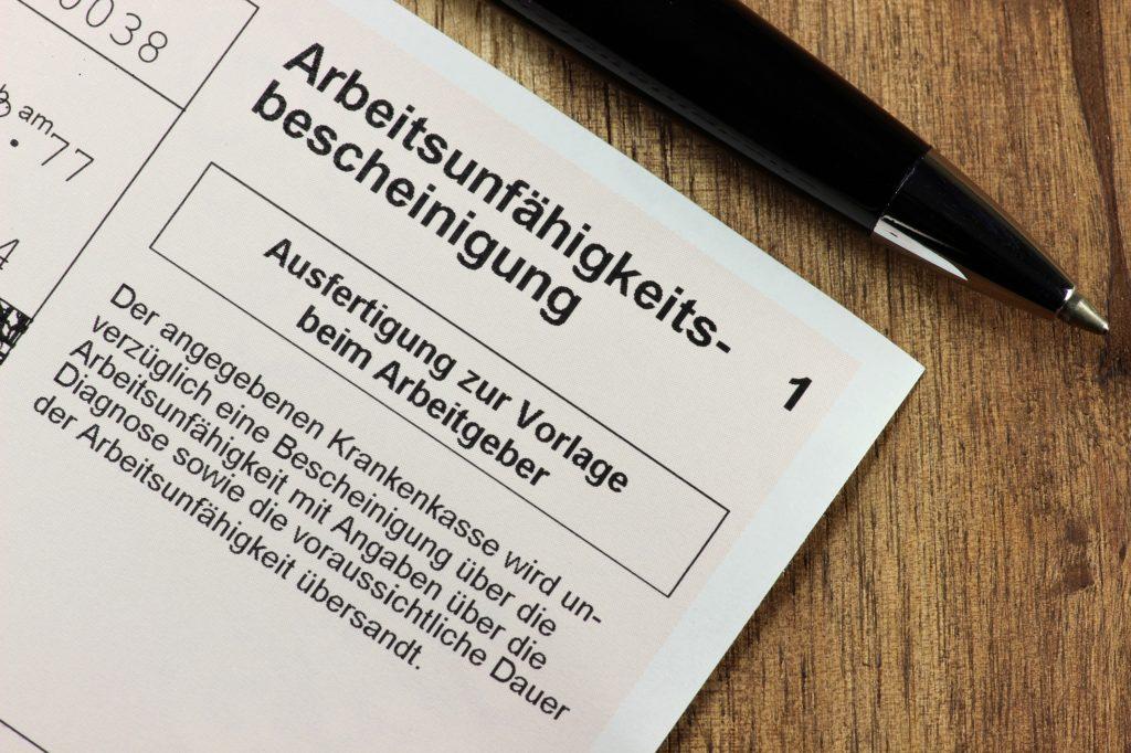 Einer neuen Studie zufolge steigt die Bereitschaft zur Krankmeldung, wenn auch Kollegen öfter bei der Arbeit fehlen. (Bild: Björn Wylezich/fotolia.com)