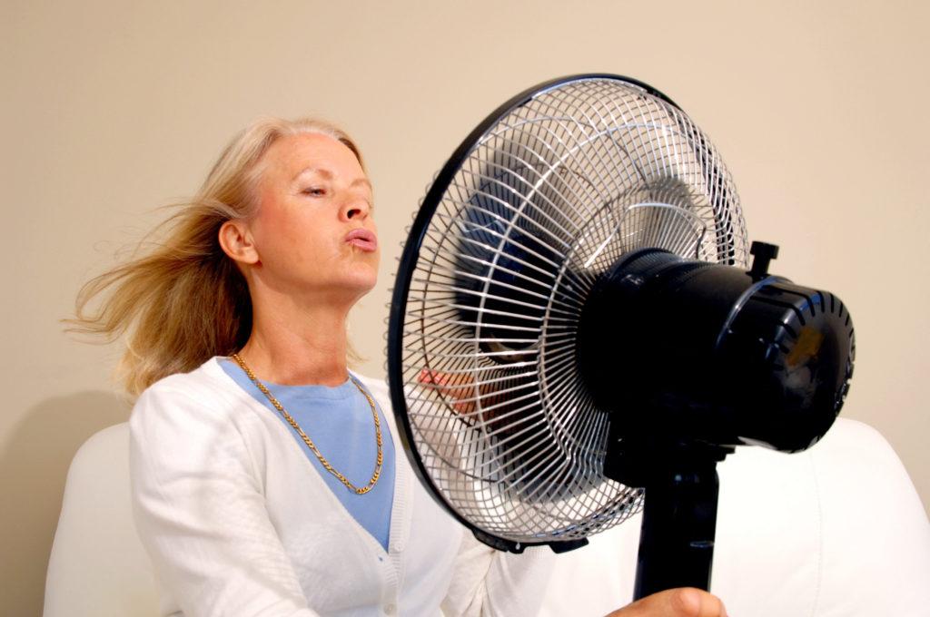 Viele Frauen in der Menopause leiden unter Hitzewallungen. Mediziner stellten fest, dass bestimmte Gen-Varianten mit dem Auftreten von Hitzewallungen und Nachtschweiß zusammen hängen. (Bild: britta60/fotolia.com)