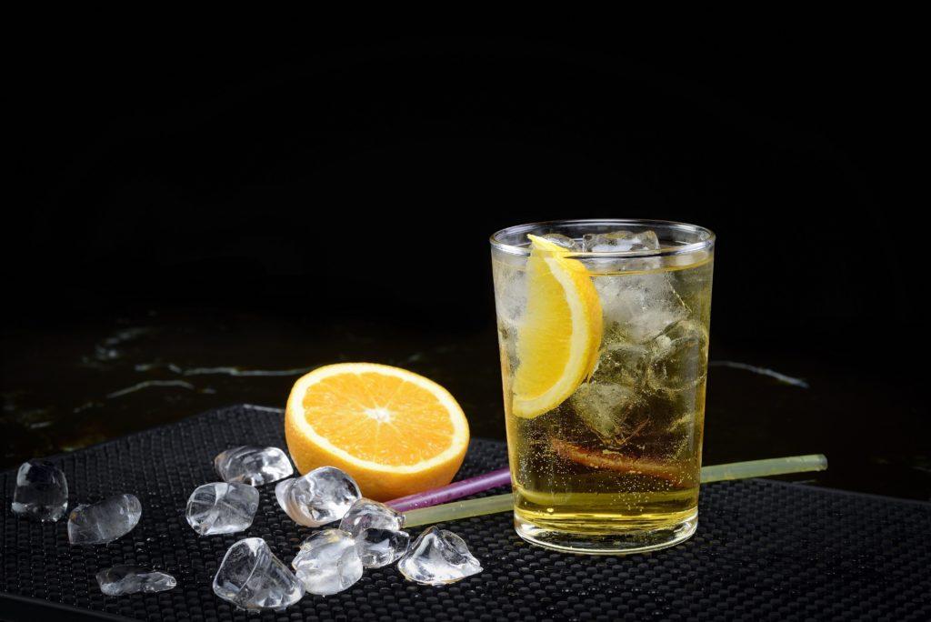 In den letzten Jahren mischen immer mehr Menschen Alkohol mit koffeinhaltigen Energy Drinks. Dieser Trend geht auch an Jugendlichen nicht vorbei. Spezialisten stellten fest, dass der Konsum solcher Mischgetränke gerade für Jugendlichen gefährliche Folgen haben kann. (Bild: Francesco Italia/fotolia.com)