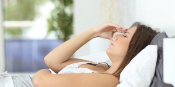 Migräne ist eine große Belastung für die Betroffenen. Forscher vermuten jetzt, dass bestimmte Bakterien in unserer Mundhöhle mit der Entstehung von Migräne zusammenhängen. (Bild: Antonioguillem/fotolia.com)