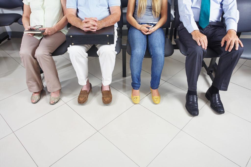 Da die Notaufnahmen in Kliniken oft aus allen Nähten platzen, haben Experten eine Notaufnahmegebühr vorgeschlagen. Kassenärzte sind gegen solche Strafgelder. (Bild: Robert Kneschke/fotolia.com)