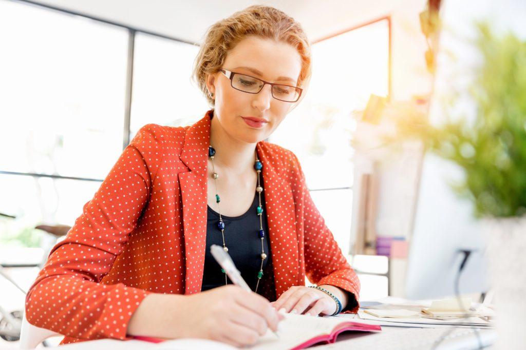 Ein Tagebuch kann bei der Bestimmung möglicher Auslöser des Reizdarmsyndroms helfen, aber auch positive Einflussfaktoren erkennbar machen. (Bild: Sergey Nivens/fotolia.com)