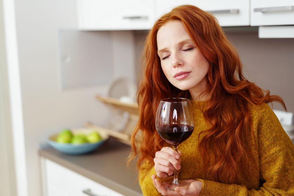 Wenn Frauen Probleme mit ihrem Hormonspiegel haben, könnte ihnen vielleicht ein Glas Rotwein helfen. Mediziner entdeckten positive Auswirkungen einer natürlichen Verbindung im Rotwein auf Frauen mit PCOS. (Bild: contrastwerkstatt/fotolia.com)