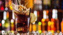 Sogenannte Softdrinks enthalten meist viel Zucker oder künstliche Süßstoffe. Der tägliche Konsum solcher Getränke kann die Wahrscheinlichkeit für die Entstehung von Diabetes deutlich erhöhen. Dabei macht es auch keinen Unterschied, ob es sich bei den Getränken um Diätversionen der Softdrinks handelt. (Bild: Jag_cz/fotolia.com)