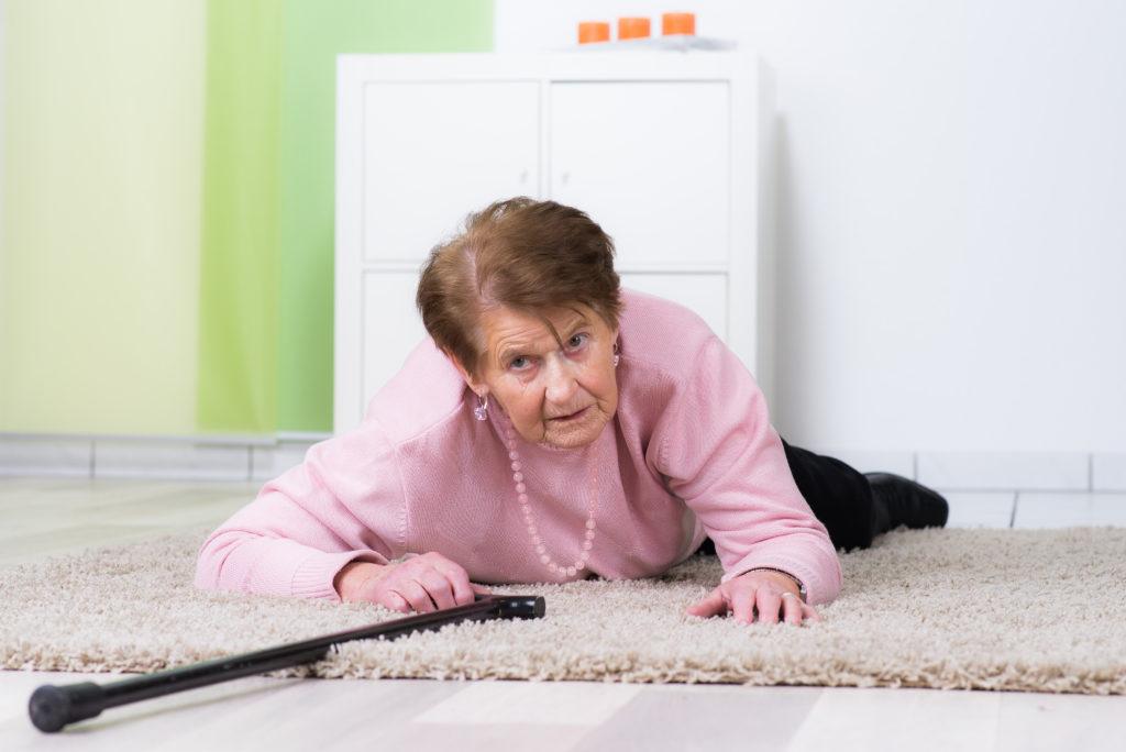 Stolperfallen im Haushalt, wie beispielsweise Türschwellen und Teppichkanten, können alten Menschen schnell zum Verhängnis werden. (Bild: Picture-Factory/fotolia.com)