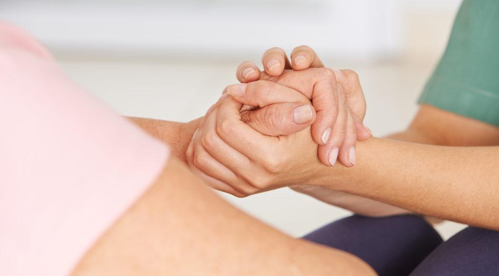 """Bayerns Gesundheitsministerin hat die Pläne der niederländischen Regierung, aktive Sterbehilfe in Zukunft auch für alte Menschen zu ermöglichen, scharf kritisiert. Sie spricht von einem """"gefährlichen Irrweg"""". (Bild: Robert Kneschke/fotolia.com)"""