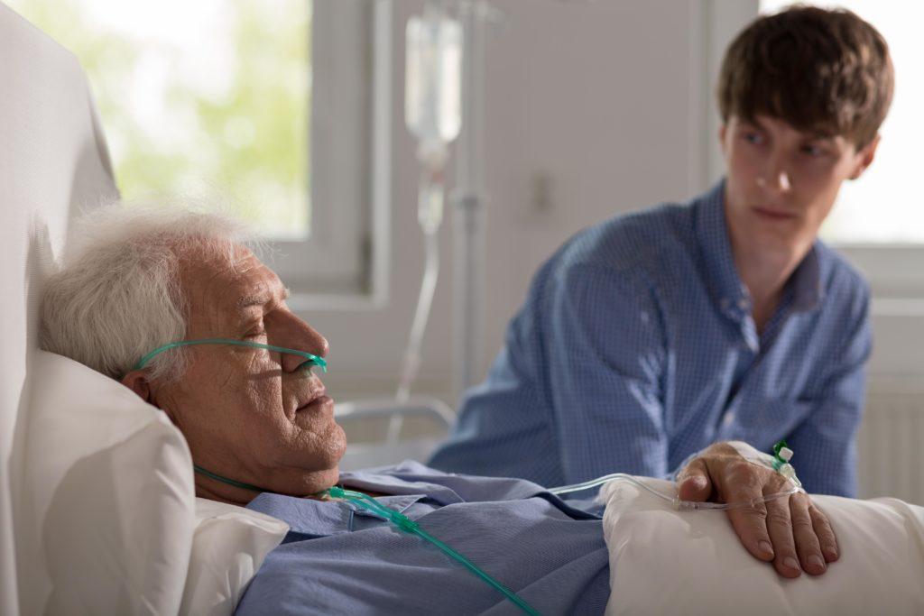 Die meisten Menschen wünschen sich ein Ableben zuhause im Kreis ihrer Liebsten. Doch drei Viertel der Deutschen sterben in Kliniken oder Pflegeheimen, viele von ihnen alleine. (Bild: Photographee.eu/fotolia.com)