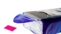 Die Klebelasche von Taschentuchverpackungen kann von Kleinkindern leicht verschluckt werden und schlimmstenfalls Erstickungsanfälle auslösen. (Bild: VRD/fotolia.com)
