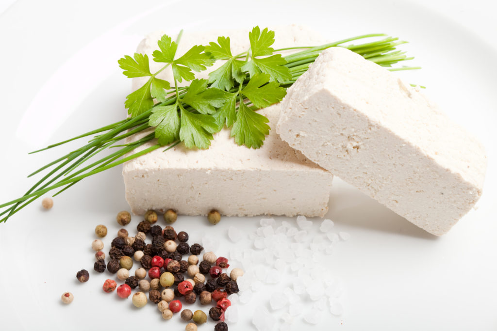 Tofu ist vor allem für viele Vegetarier und Veganer eine wichtige Eiweißquelle. Der relativ geschmacksneutrale Block wird aus gequetschten Sojabohnen gewonnen. (Bild: Manuel Adorf/fotolia.com)