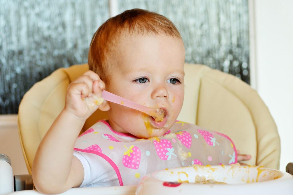 Viele Gesundheitsexperten raten davon ab, kleine Kinder rein pflanzlich zu ernähren. Dadurch drohten Entwicklungsverzögerungen. In den USA ist nun eine Mutter angezeigt worden, die ihr Baby vegan ernährt hatte. (Bild: Elena Stepanova/fotolia.com)