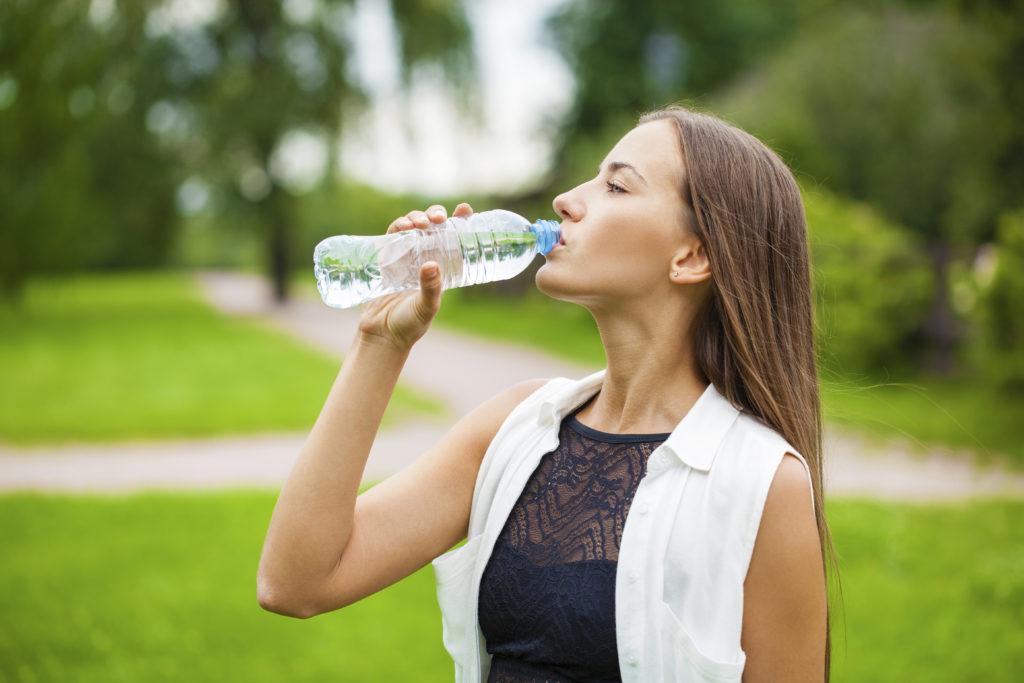 Einen, zwei, drei? Über die Frage, wie viel Liter Wasser am Tag getrunken werden sollen, wird seit Jahren diskutiert. Laut einer neuen Studie sind Mengenempfehlungen eher fehl am Platz. Man sollte trinken, wenn man Durst hat. (Bild: Andrey_Arkusha/fotolia.com)