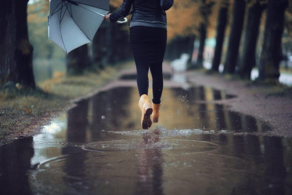 """Kalte, graue Tage sorgen in den Herbst- und Wintermonaten dafür, dass viele Menschen müde und antriebslos sind. Gegen diesen """"Winterblues"""" hilft es, sich zu bewegen und gesund zu ernähren. (Bild: kichigin19/fotolia.com)"""