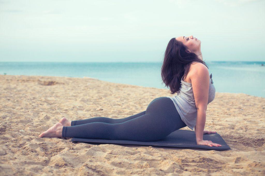 Yoga ist nicht nur für schlanke Menschen hervorragend zum Stressabbau geeignet. Übergewichtige Frauen können sogar noch mehr profitieren. Bei ihnen kann Yoga auch beim Abnehmen helfen. (Bild: Alena Ozerova/fotolia.com)