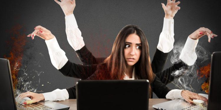 Fotomontage einer Frau mit sechs Armen, die am Computer arbeitet