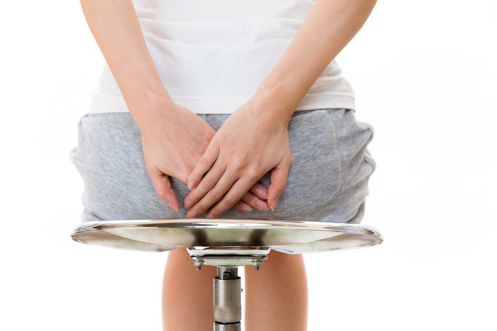 Schmerzen durch zu viel Sitzen lassen erst nach, wenn das Sitzen weniger wird. Bild: ei907 - fotolia