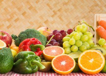 Um sich im Winter vor Erkältungen zu schützen, muss man unter anderem sein Immunsystem stärken. Frisches Obst und Gemüse sind dafür besonders wichtig. (Bild: peangdao/fotolia.com)