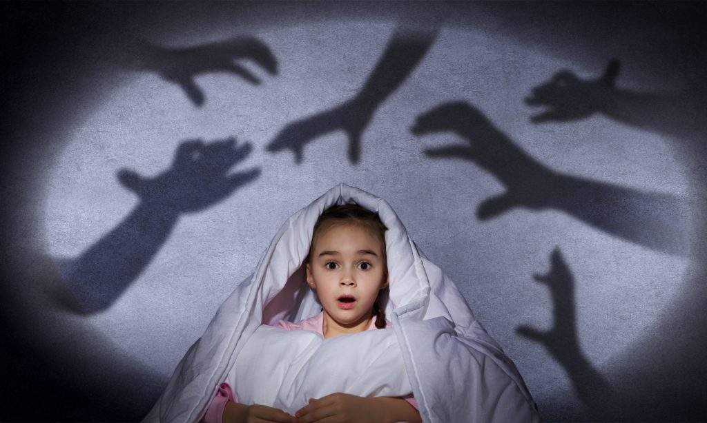Eltern sollten Kinder, die nach einem bösen Traum erwachen, beruhigen und ihnen dabei helfen, Distanz zum Albtraum zu bekommen. Ein gemeinsames Interpretieren des Horrortrips wäre dabei hinderlich. (Bild: Sergey Nivens/fotolia.com)