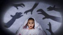 Eltern sollen Kinder, die nach einem bösen Traum erwachen beruhigen und ihnen dabei helfen, Distanz zum Albtraum zu bekommen. Ein gemeinsames Interpretieren des Horrortrips wäre hinderlich. (Bild: Sergey Nivens/fotolia.com)