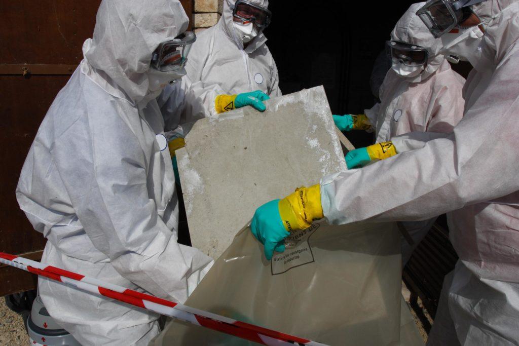 Bei Sanierungsarbeiten sind oftmals Asbest-Einbauten in Gebäuden zu entfernen, was angesichts der Krebsrisikos besonderer Sicherheitsmaßnahmen erfordert. (Bild: Bernard MAURIN/fotolia.com)