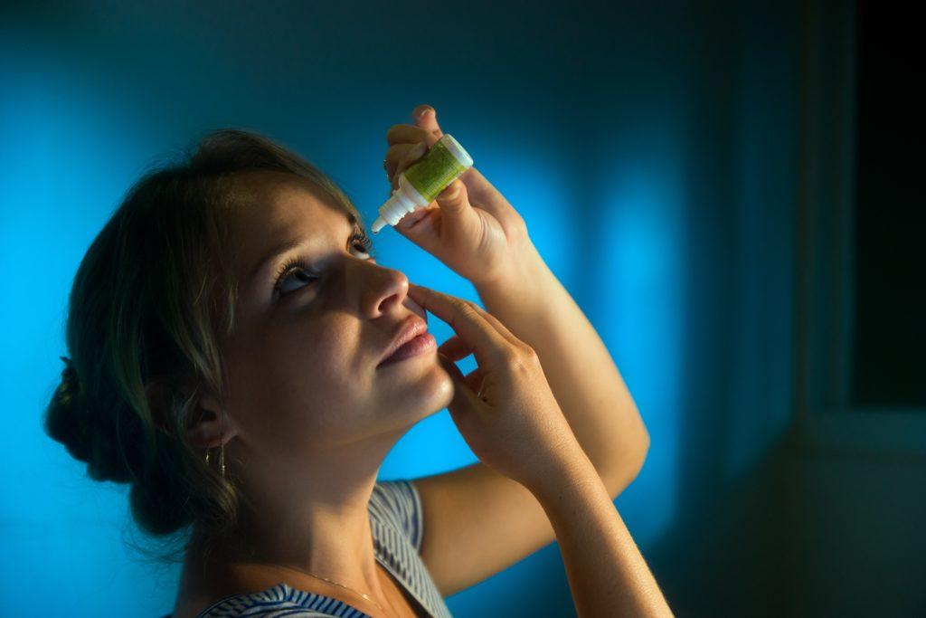 Im Herbst kommt es gehäuft zu Fällen von Augengrippe. Antibiotika helfen gegen diese Erkrankung nicht. Augentropfen können die Beschwerden etwas lindern. (Bild: diego cervo/fotolia.com)