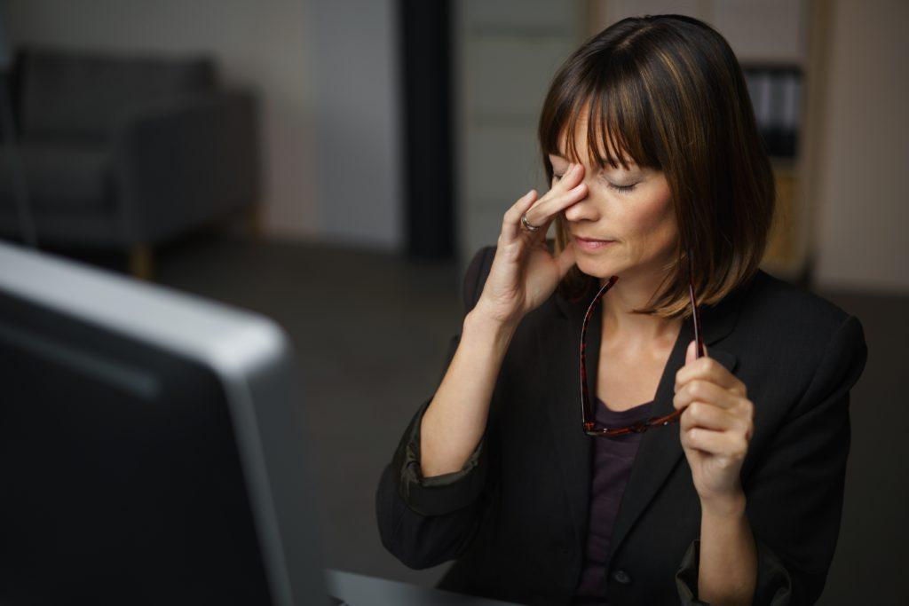 Menschen, die den ganzen Tag am Rechner arbeiten, sollten ihren Augen zur Entspannung in regelmäßigen Abständen eine Pause gönnen. Helfen kann auch eine Augenpressur. (Bild: contrastwerkstatt/fotolia.com)